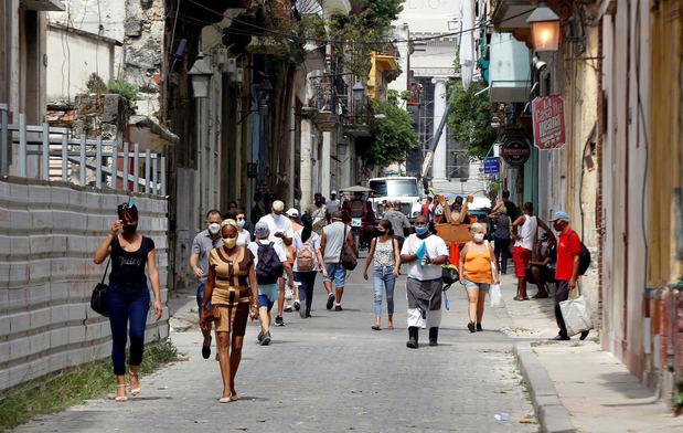 Varias personas con tapabocas caminan por una calle hoy, en La Habana (Cuba). Cuba notificó hoy 8.607 nuevos casos de covid-19 y 68 fallecidos, para un acumulado de 366.985 contagios y 2.628 muertes desde la confirmación del primer enfermo, en marzo de 2020, informó el Ministerio de Salud Pública, Minsap.