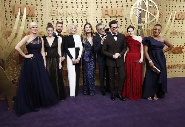 Miembros del reparto de la serie 'Schitt's Creek' fueron registrados este domingo a su llegada a la ceremonia 71 de los Premios Emmy, en Los Ángeles, California.