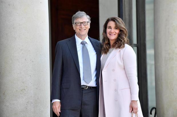 Fotografía tomada en abril de 2017 en la que se registró al cofundador de Microsoft, Bill Gates (i), y a su esposa por 27 años, Melinda French, en París, Francia.