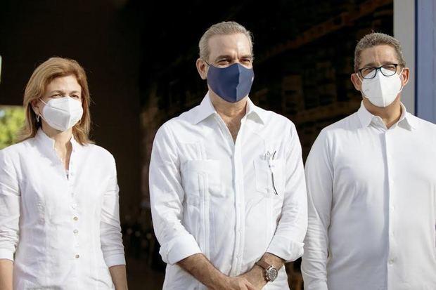 Raquel Peña, vicepresidenta de la República, Luis Abinader presidente de La República Dominicana y Augusto Ramírez, presidente de Casa Brugal.