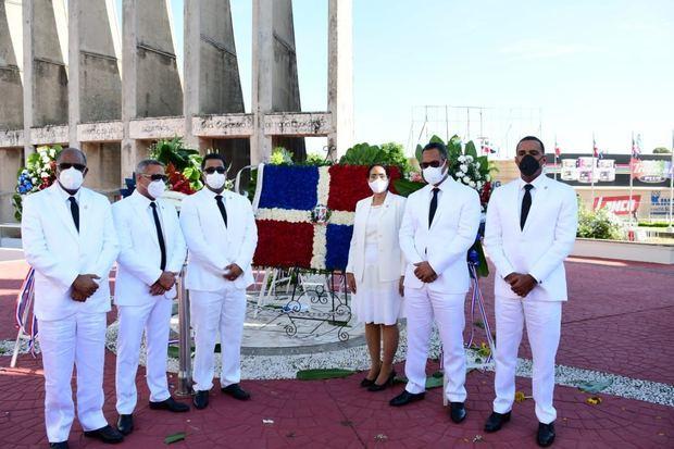 Senado de la República deposita Ofrenda Floral en Monumento de los Constituyentes por el 176 aniversario de la Constitución
