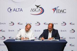 Román E. Caamaño, director general del IDAC y José Ricardo Botelho, director ejecutivo y CEO de ALTA, al momento de la firma del memorándum de entendimiento.