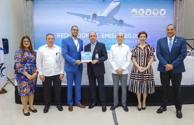 Román E. Caamaño, director general del IDAC, junto a  los funcionarios de la institución e invitados especiales durante el lanzamiento del Plan de Acción de Reducción de Emisiones CO2.