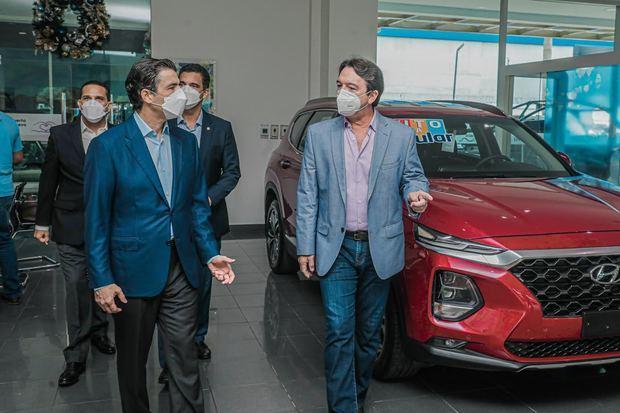 El presidente ejecutivo del Banco Popular Dominicano, señor Christopher Paniagua, conversa con el señor Avelino Rodríguez, presidente de Grupo Magna, en su visita al salón de exhibición de BMW y Mini.