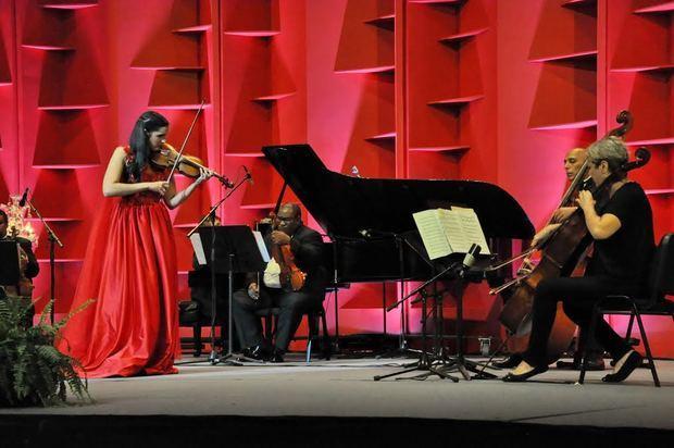 """La ministra de Cultura presenta """"Aisha Syed en Concierto"""" en el Teatro Nacional"""