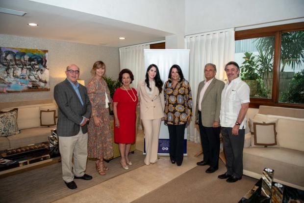 Eduardo Dominguez, Kirsis Dominguez, Giralda Busto de Imbert, Chabela Estrella de Bisonó, Angel del Valle y Bernardo Pichardo.