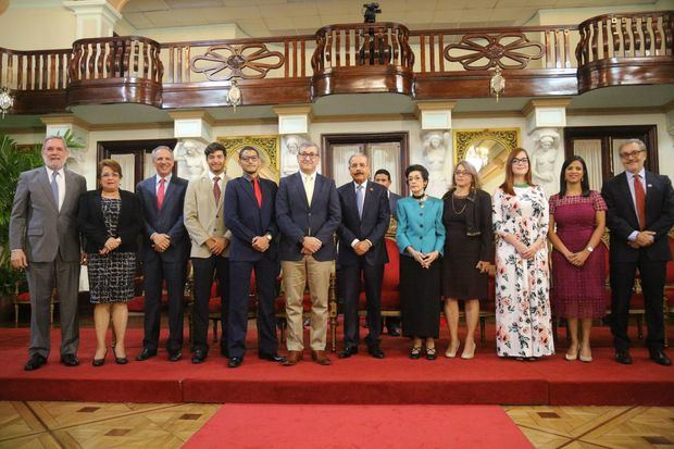 El presidente Danilo Medina junto a la señora María del Carmen Brusiloff Ugarte, Premio Nacional de Periodismo 2018, acompañada de sus familiares presentes en el acto de reconocimiento.