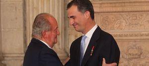 El Rey Juan Carlos ha trasladado a su hijo Felipe VI su intención de trasladarse 'en estos momentos' fuera de España..