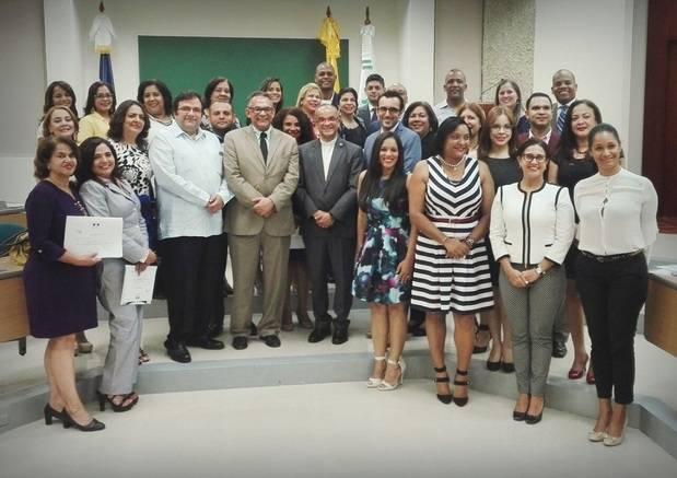 Ministro de Administración Pública entrega certificados de maestría a 32 altos funcionarios