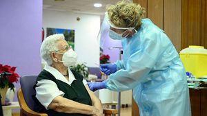 Araceli, tiene 96 años y es la primera española en recibir la vacuna del coronavirus.