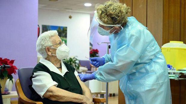 Se llama Araceli, tiene 96 años y es la primera española en recibir la vacuna del coronavirus