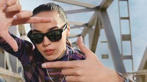Fotografía promocional cedida por Facebook donde aparece una mujer llevando un modelo de las gafas inteligentes del gigante de las redes sociales y el fabricante de gafas de sol Ray-Ban. Facebook y Ray-Ban.