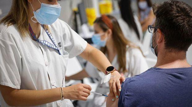 Segunda dosis de la vacuna de la covid: por qué genera más efectos y síntomas de malestar.