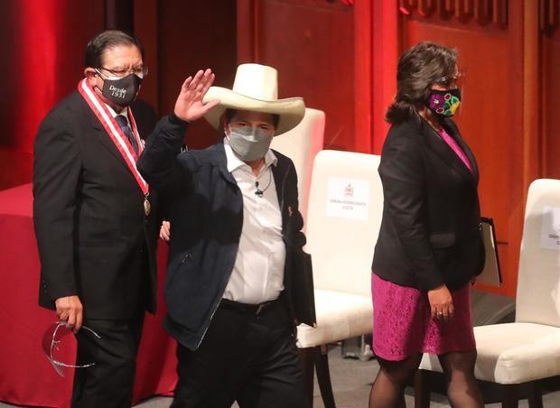 El presidente electo de Perú Pedro Castillo (c) saluda junto a su vicepresidenta Dina Boluarte (d) y el presidente del JNE, José Luis Salas, durante el acto de entrega de sus credenciales a sus nuevos cargos hoy, en Lima, Perú.