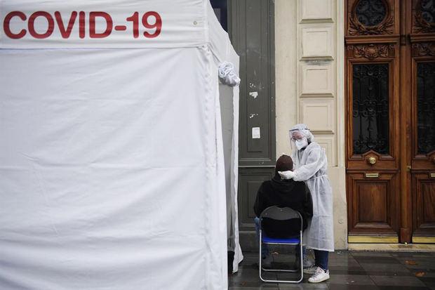 Continúa el aumento de contagios en Francia con casi 27.000 casos en un día.