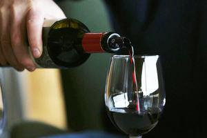 Un hombre sirve vino orgánico 'Coyam' de la viña Emiliana el 3 de septiembre de 2020, ubicada en la comuna de Casablanca, ciudad de Valparaíso, Chile.