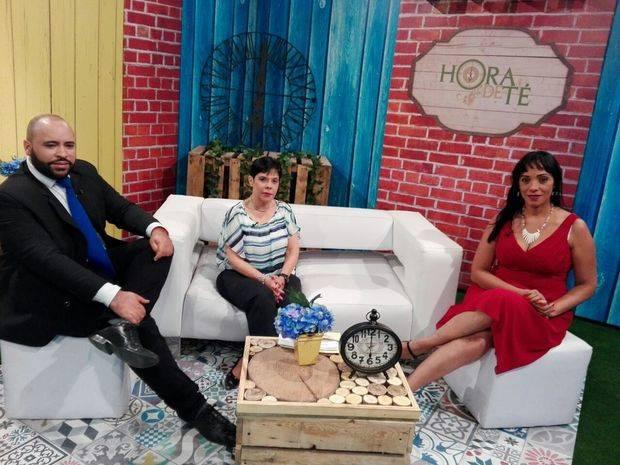 Programa de TV Hora de Té realiza donación de útiles escolares