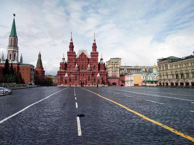 Vista del Museo Histórico (al fondo) en la Plaza Roja de Moscú, Rusia.