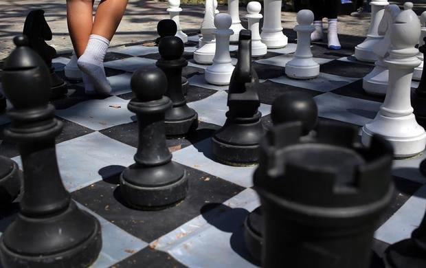 Imagen de un tablero de ajedrez gigante en una de las áreas deportivas de La Habana Vieja, en la Habana, Cuba.