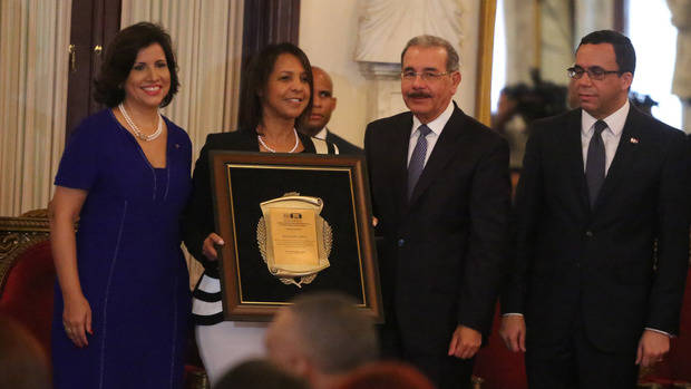 Medina impone Medalla al Mérito Magisterial y entrega premios a 3 profesores