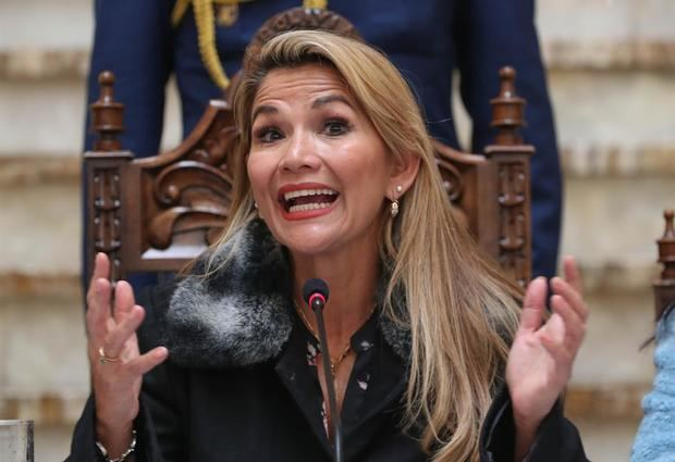 La presidenta de Bolivia dice que no va al Carnaval por el brote de dengue