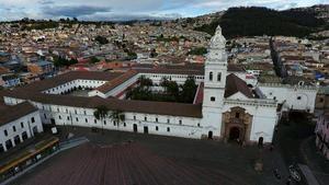 Fotografía de archivo fechada el 9 de mayo de 2020 que muesta una vista aérea de la Iglesia de Santo Domingo, en Quito (Ecuador).
