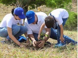 El señor Eduardo Grullón, presidente de AFP Popular, participó en la tercera jornada de reforestación de Grupo Popular junto a su familia.