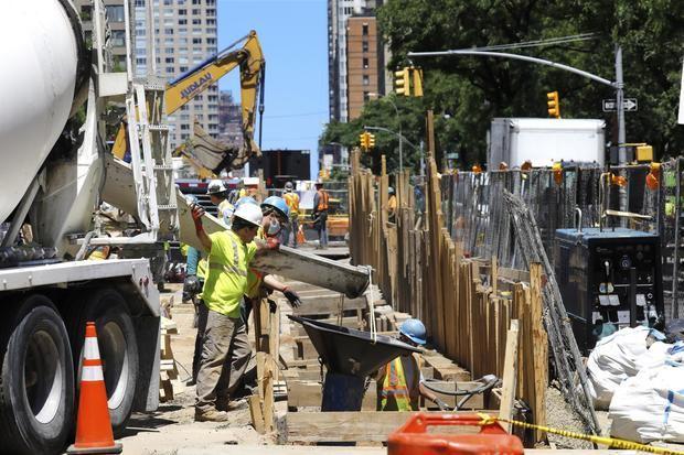 Trabajadores de la construcción realizan sus actividades en una obra en Nueva York.