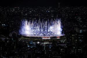 Fuegos artificiales durante la ceremonia inaugural de los Juegos Olímpicos de Tokio 2020, este viernes en el Estadio Olímpico, que no contará con la presencia de público en las gradas.