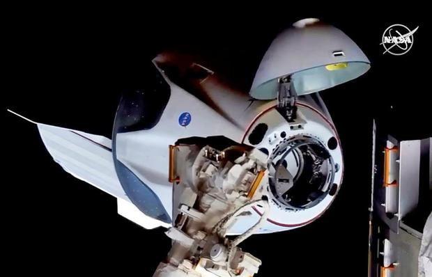 Una imagen fija capturada en video distribuida por la NASA el 31 de mayo de 2020 muestra la nave espacial Crew Dragon de SpaceX de la NASA.