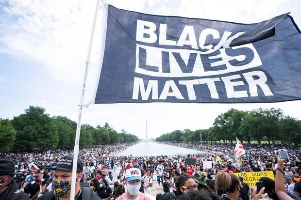 Las multitudes se reúnen cerca del Monumento a Lincoln para conmemorar el 57 aniversario de la histórica marcha del Martin Luther King Jr., cuando pronunció su discurso 'Tengo un sueño'.