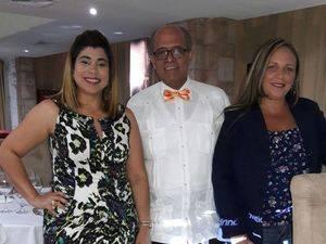 El doctor José Silié Ruiz junto a dos profesionales de la medicina.
