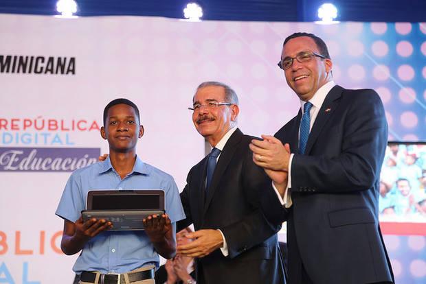 Gobierno da inicio a República Digital Educación, cientos de estudiantes reciben laptops.