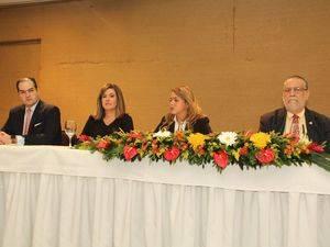 ntegran la mesa central, Nassim José Alemany, ejecutivo de la firma de consultoría Deloitte; Lucile Houellemont, presidenta de Adesinc; Katia Salomón, encargada jurídica de Deloitte y Salador Montás, director ejecutivo de ADESINC.