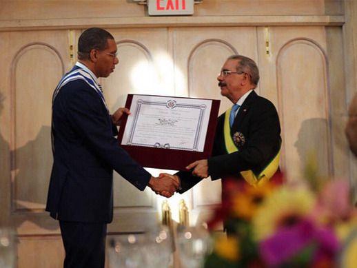 Danilo Medina y Andrew Holness intercambian condecoraciones