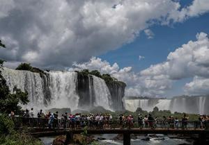Fotografía de febrero de 2020 que muestra a decenas de personas en las Cataratas del Iguazú, en la provincia Misiones (Argentina).