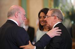 El ministro Pedro Vergés saluda al presidente Medina y a la Primera Dama.