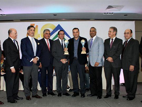 Panky Corcino recibe el gran premio de mano de las autoridades y personalidades.
