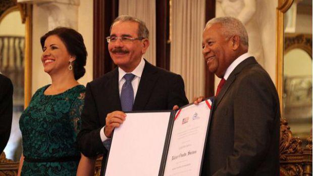 Presidente Danilo Medina entrega Premio Nacional de Periodismo 2017 a Osvaldo Santana.