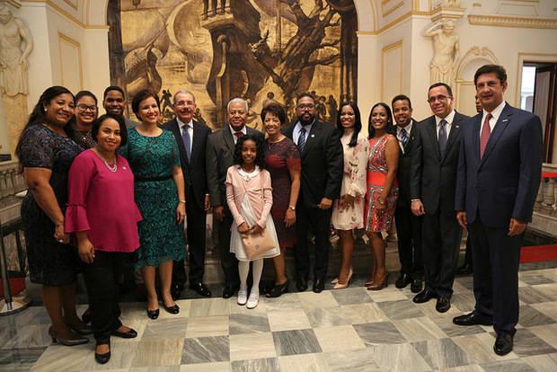 Osvaldo Santana con los presentes en el acto.