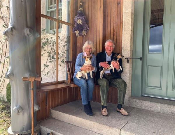 Fotografía facilitada por Clarense Hose del príncipe Carlos y su esposa Camila, la duquesa de Cornualles, en su residencia de Birkhall (Escocia).