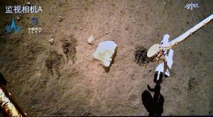Foto distribuida por la Administración Espacial Nacional de China (CNSA) de la sonda Chang'e-5 en la Luna el 3 de diciembre de 2020.
