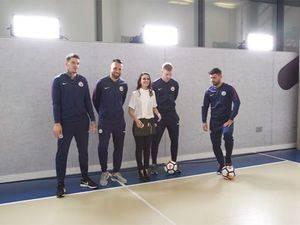 Marihen Giménez y jugadores del Manchester City.