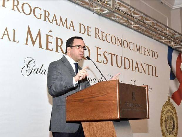Navarro reconoce estudiantes meritorios de todo el país
