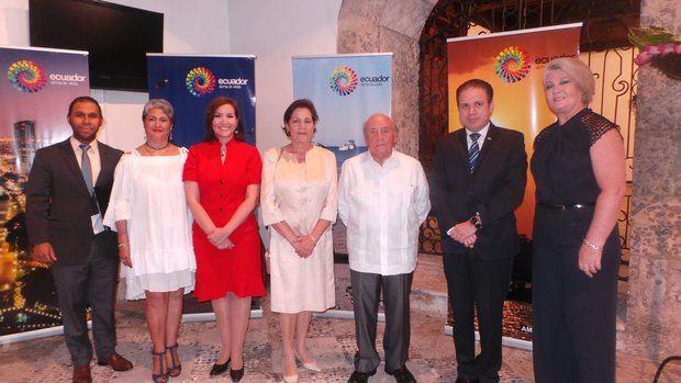 Enrique Cadena Suasnavas,  Embajador del Ecuador junto a los funcionarios de la Embajada y el Vicecanciller Hugo Rivera.