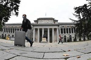 Un turista camina junto al Museo de El Prado, en Madrid.