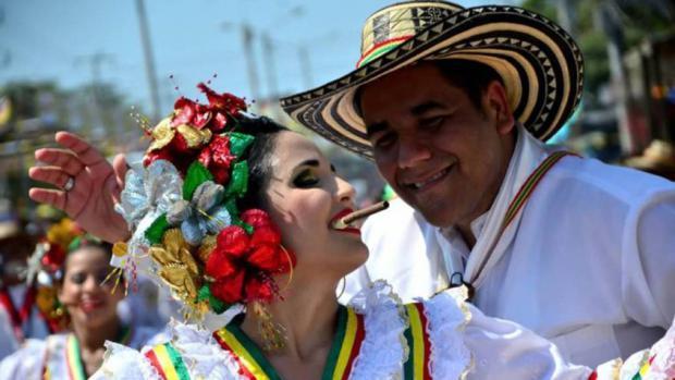 Colombianos participan en el carnaval.