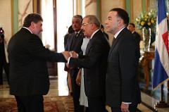 El embajador británico Chris Campbell  saluda  al presidente Medina.