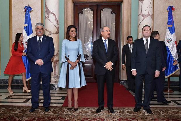 Danilo Medina recibe saludos de Año Nuevo con mucho entusiasmo; lo acompaña Cándida Montilla