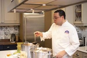 El  Chef Alejandro Abreu, preparando sancocho de habichuelas en el Cooking Show de Doña Gallina.
